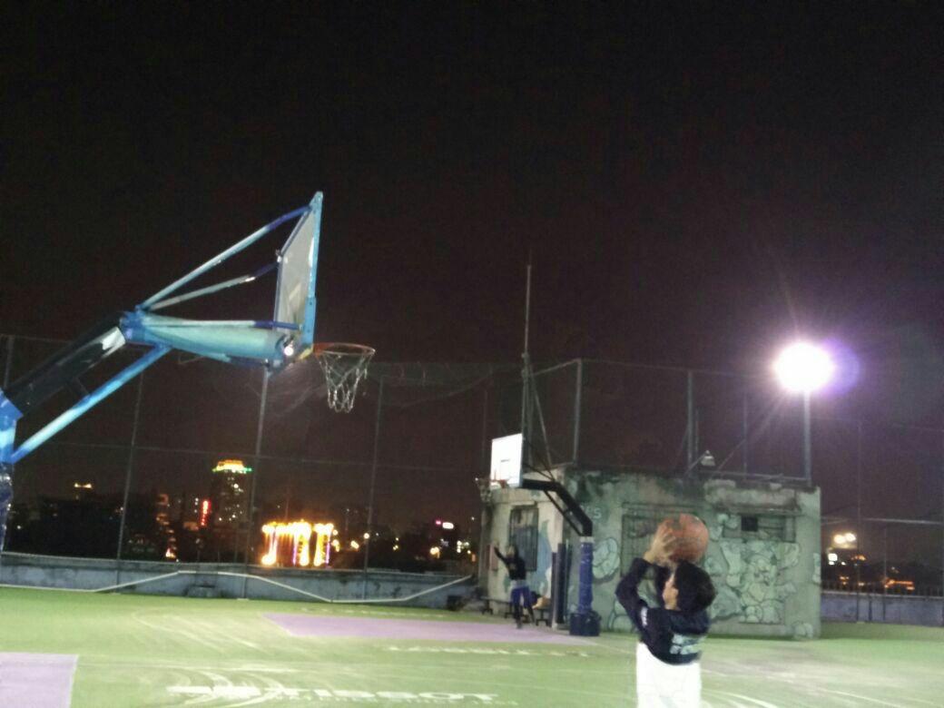 天台篮球场,有点冷!
